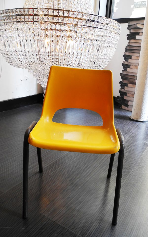 ancienne-chaise-decole-orange-marron