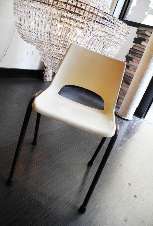 ancienne-chaise-decole-blanche-marron