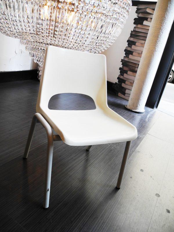 ancienne-chaise-decole-blanche-grise