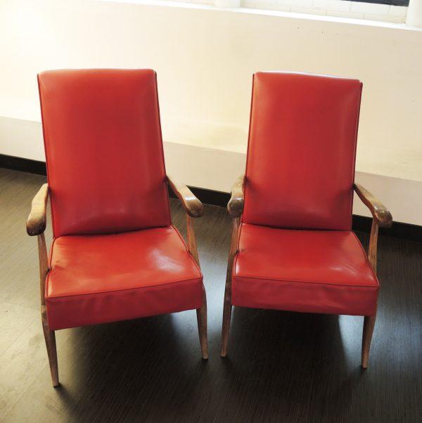 ancienne-paire-de-fauteuil-en-bois-skai
