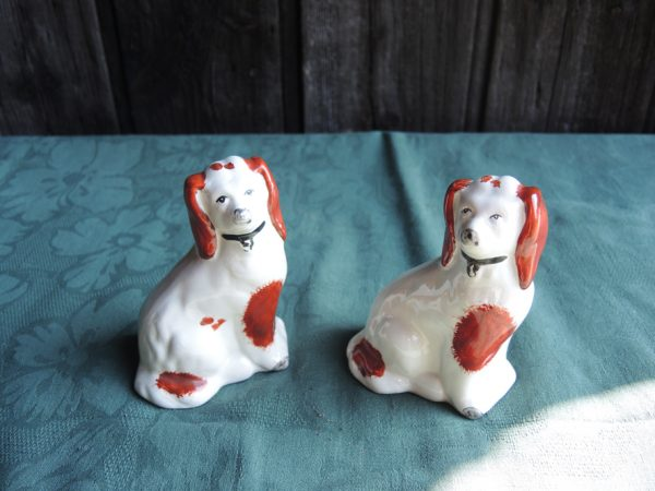 paire-d'anciens-chiens-en-faience-style-staffordshire