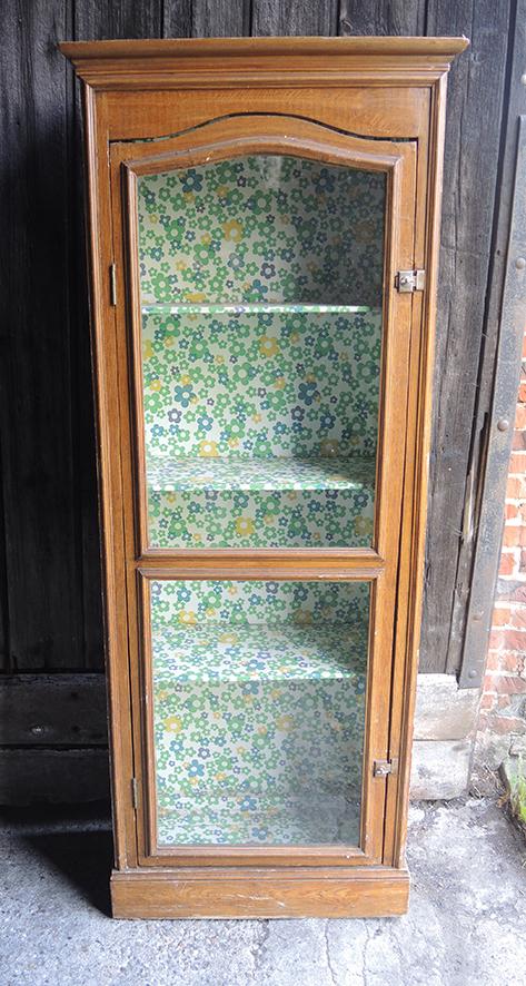 ancienne-vitrine-colonne-en-bois