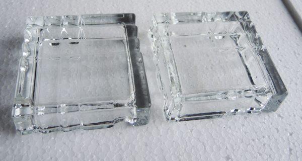 paire-de-cendriers-anciens-carre-en-verre-taille