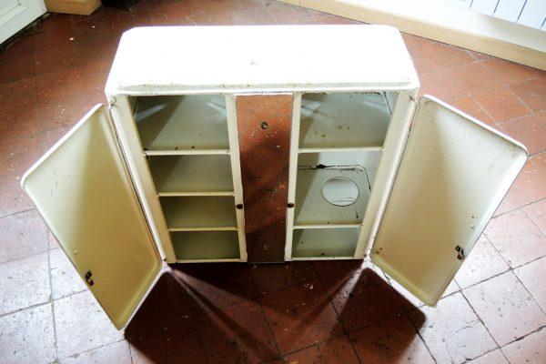 ancien-armoire-a-pharmacie-en-metal-blanc