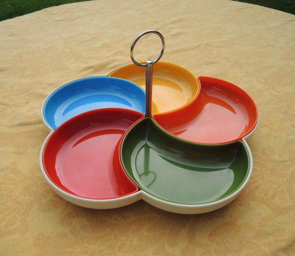 plateau-aperitif-en-plastique-multicolore-annees-70