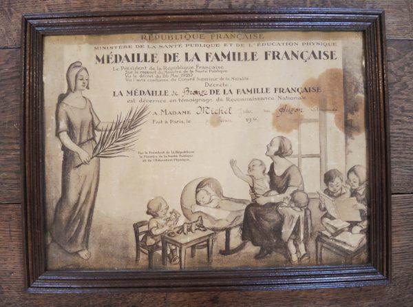 ancien-certificat-encadre-medaille-de-la-famille-francaise-1936