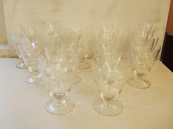 ancien-service-de-33-verres-en-cristal-grave