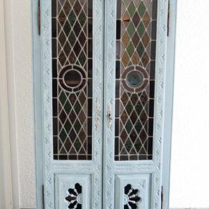 Armoire Vintage En Bois Sculpté Et Portes Vitraux