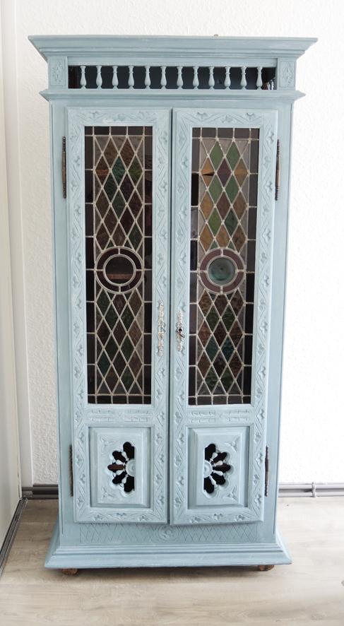 ancienne-armoire-en-bois-sculpte-et-portes-vitraux