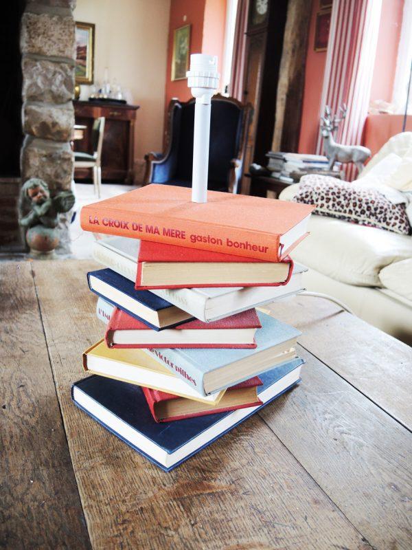 pied-de-lampe-pile-de-livres-anciens