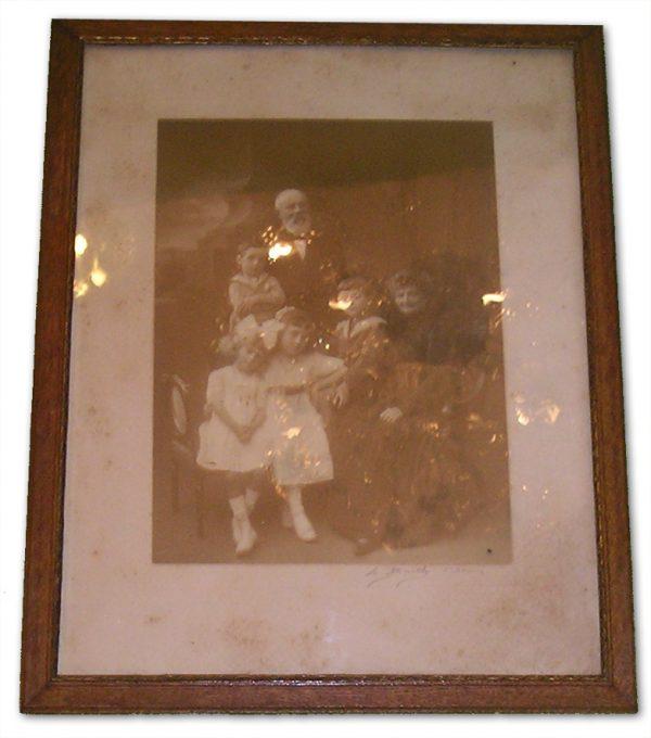 ancienne-photo-encadree-portrait-de-famille