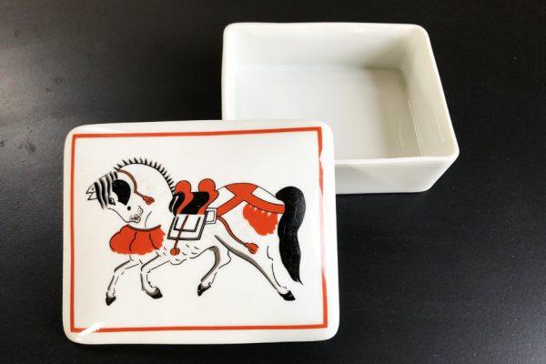 boite-en-porcelaine-decore-dun-cheval-peint-main