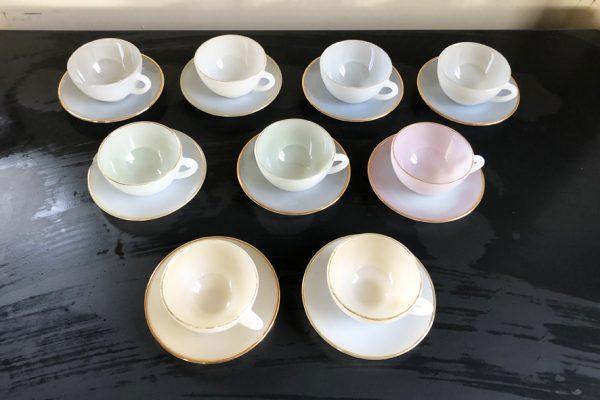 -9-anciennes-tasses-et-soucoupes-en-verre-nacre