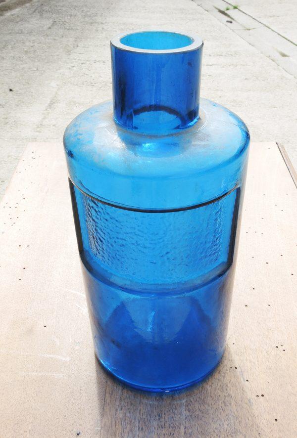 ancien-flacon-dapothicaire-en-verre-bleu