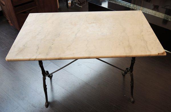 table-style-bistrot-en-marbre-et-metal