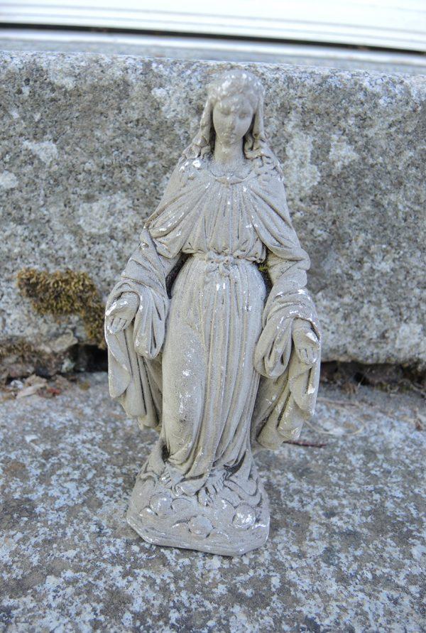 ancienne-statue-en-pierre-sculptee-la-vierge-miraculeuse-madonne