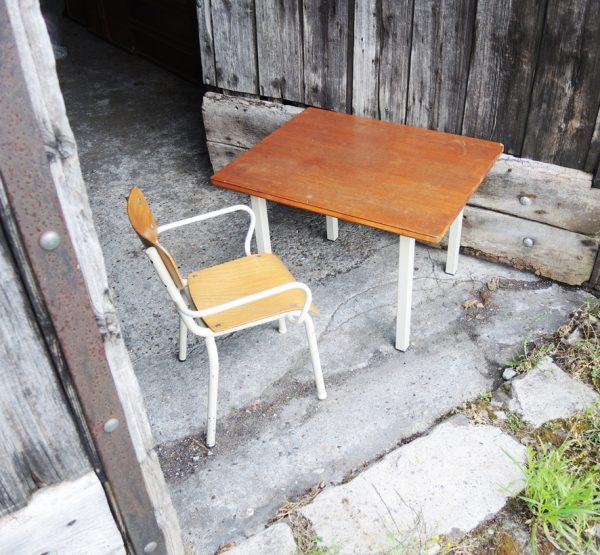 anciennes-table-et-chaise-de-maternelle-en-bois-et-metal