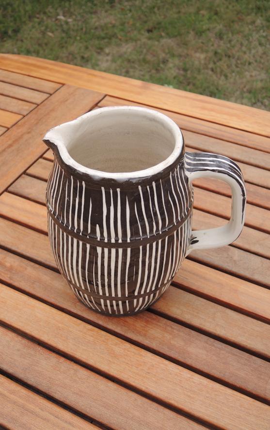ancien-broc-en-ceramique-a-rayures-marron-et-ecru