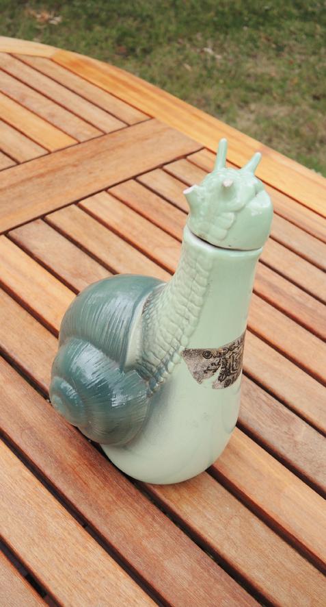 ancienne-bouteille-a-liqueur-en-ceramique-escargot