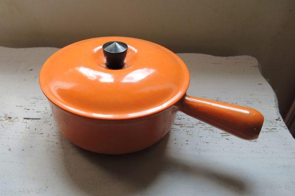 ancien-poelon-en-fonte-orange-emaillee-18