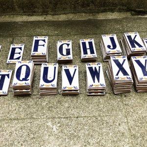Carreaux Vintage En Terre Cuite Emaillée Alphabet