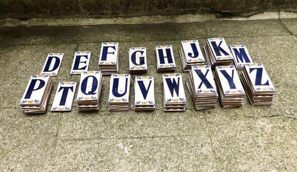 carreaux-en-terre-cuite-emaillee-avec-lettres-de-lalphabet