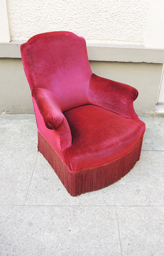 ancien-fauteuil-crapaud-en-velours-rouge