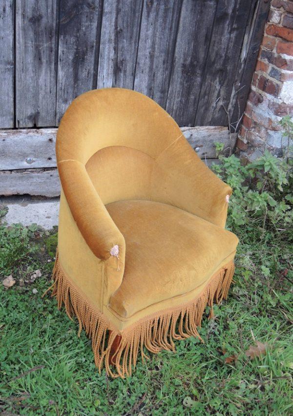 ancien-fauteuil-crapaud-en-velours-jaune-moutarde