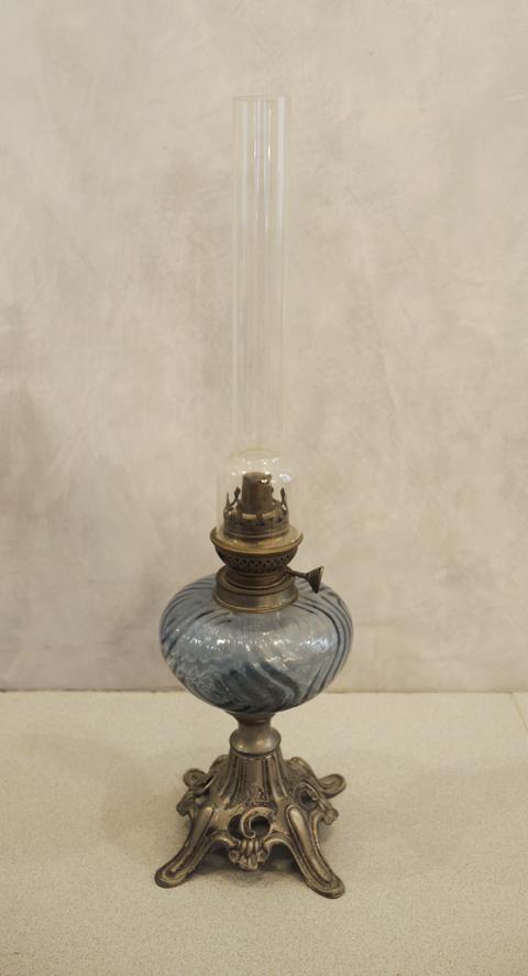 ancienne-lampe-a-petrole-en-verre-etain