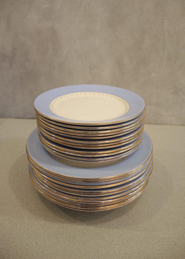 ancien-service-de-vaisselle-en-porcelaine-bleu-lavande