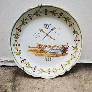 Assiette Vintage En Faïence Peinte Main : 1789