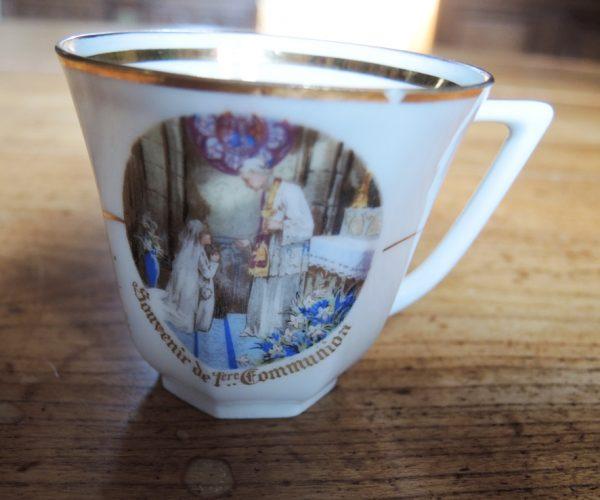 ancienne-tasse-en-porcelaine-premiere-communion