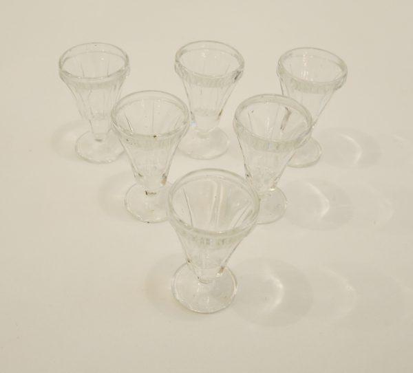 verres-a-digestif-vintage-en-forme-de-cone