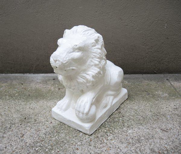 sculpture-lion-assis-avec-boule