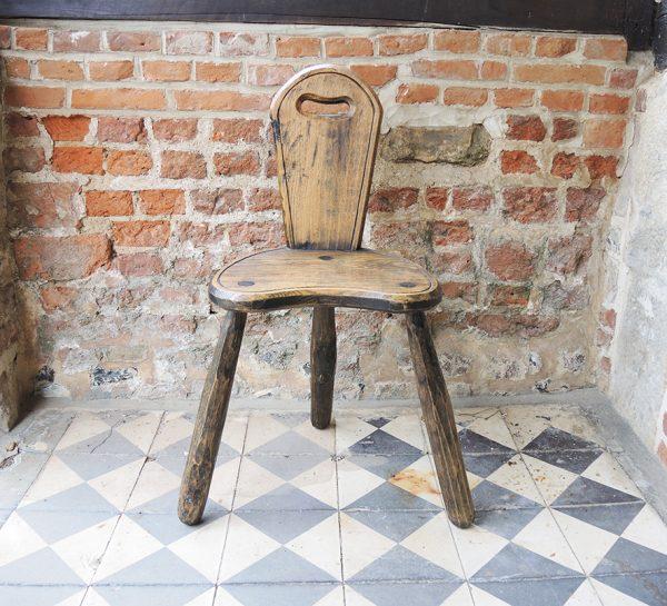 ancienne-chaise-trepied-primitive-en-bois
