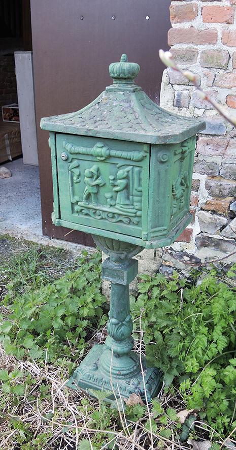boite-aux-lettres-style-art-nouveau-en-fonte-verte
